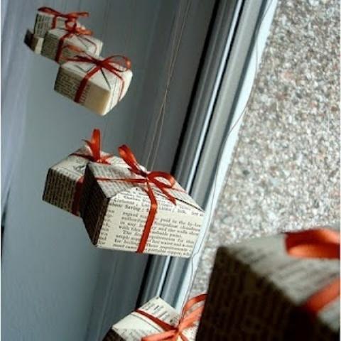 Забавные подарочные коробочки украсят окно.