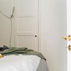 Да этом фото видно узкую дверь в гардероб, который позволяет обойтись без шкафов.