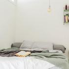 Даже в небольшой спальне стоит поставить большую кровать. (скандинавский,интерьер,дизайн интерьера,мебель,квартиры,апартаменты,спальня,дизайн спальни,интерьер спальни)