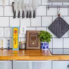 Деревянная столешница является ярким акцентом смягчающим прохладный интерьер кухни. Лично я не вполне понимаю зачем на кухне рядом с ножами железнодорожный костыль...