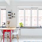 Два больших окна хорошо освещают жилую комнату небольшой квартиры.