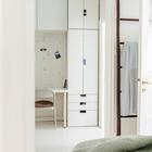 Если владелец квартиры будет работать дома, то от кровати до работы можно будет добраться менее чем за 3 секунды. (скандинавский,интерьер,дизайн интерьера,мебель,квартиры,апартаменты,спальня,дизайн спальни,интерьер спальни,домашний офис,офис,мастерская)