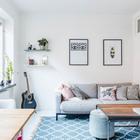Гостиная с минимум мебели небольшая, но уютная. Журнальный столик в стиле лофт в центре гостиной. (скандинавский,интерьер,дизайн интерьера,мебель,квартиры,апартаменты,гостиная,дизайн гостиной,интерьер гостиной,мебель для гостиной,индустриальный,лофт,винтаж,стиль лофт,индустриальный стиль)