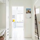 Из холла можно попасть на кухню и в спальню, причем в обоих проходах двери отсутствуют, что упрощает жизнь. (скандинавский,интерьер,дизайн интерьера,мебель,квартиры,апартаменты,домашний офис,офис,мастерская)
