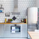 Кухонные фасады, бытовая техника, полочки на кухне - все выполнено из нержавейки.