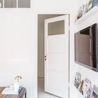 Окна в стене смежной со спальней и двери ведущей в спальню пропускают достаточно много света в небольшую спальню.