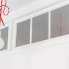 Окно из гостиной в спальню позволяет осветить спальню в которой нет окон на улицу. (скандинавский,интерьер,дизайн интерьера,мебель,квартиры,апартаменты)