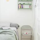 В спальне, как и во всей квартире минимум мебели. Стул использован вместо прикроватной тумбочки.