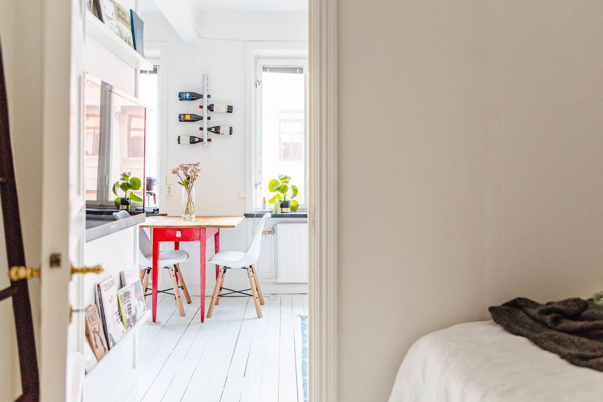 Дверь в спальню - чуть ли ни единственная дверь в квартире призвана защищать спальню от шума и света работающего телевизора.