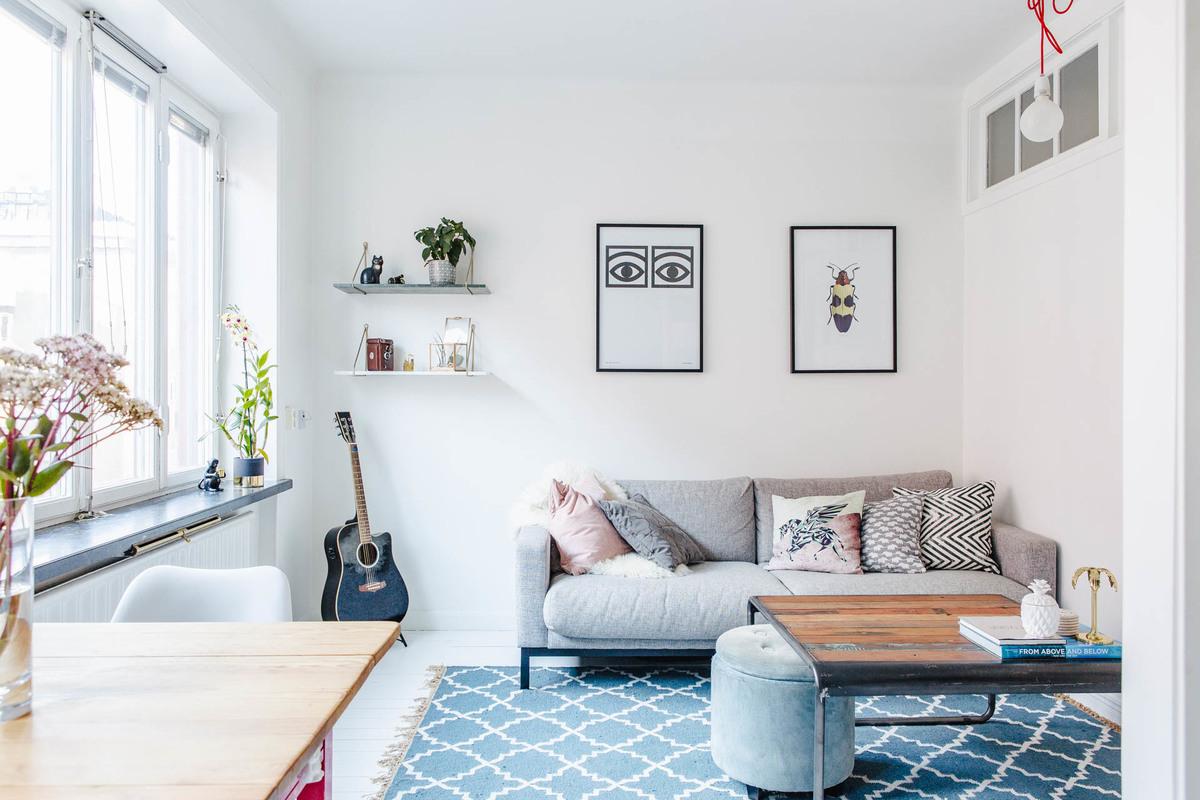 Гостиная с минимум мебели небольшая, но уютная. Журнальный столик в стиле лофт в центре гостиной.