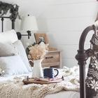 Круглый деревянный поднос отлично вписывается в рустикальный интерьер спальни. (спальня,дизайн спальни,интерьер спальни,детская,игровая,детская комната,детская спальня,дизайн детской,интерьер детской,скандинавский,деревенский,сельский,кантри,сделай сам,самоделки, новый год, рождество, новогодний декор, рождественский декор)