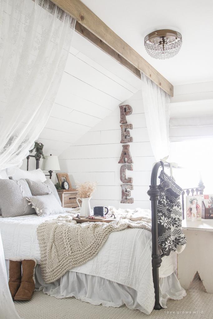 Шерстяные вещи играют важную роль в интерьере, создавая ощущение тепла и уюта.