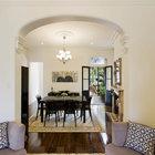 Гостей встречает небольшая, но уютная гостиная переходящая в столовую. На фото хорошо видна дверь из столовой ведущая на террасу. (викторианский,архитектура,дизайн,экстерьер,интерьер,дизайн интерьера,мебель,гостиная,дизайн гостиной,интерьер гостиной,мебель для гостиной)