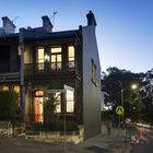 Небольшой двухэтажный викторианский дом с обилием кованых и литых элементов в декоре фасадов.