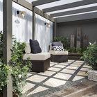 Небольшой задний дворик за домом. (викторианский,архитектура,дизайн,экстерьер,интерьер,дизайн интерьера,мебель,на открытом воздухе,патио,балкон,терраса)