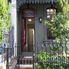 Перед домом находится небольшой палисадник огороженный забором. Окна и двери украшают красивые кованые решетки. Входная дверь также украшена витражом, что характерно для викторианских домов.