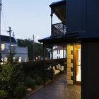 Терраса проходит вдоль задней гостиной и кухни почти вдоль всего дома от столовой. (викторианский,архитектура,дизайн,экстерьер,интерьер,дизайн интерьера,мебель,на открытом воздухе,патио,балкон,терраса)