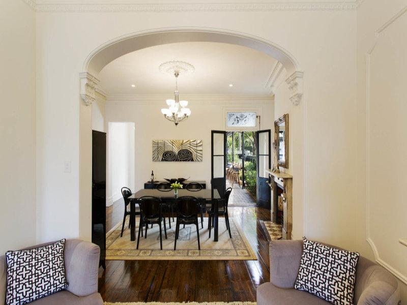 Гостей встречает небольшая, но уютная гостиная переходящая в столовую. На фото хорошо видна дверь из столовой ведущая на террасу