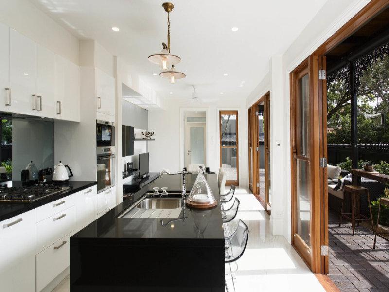 Кухня и жилая комната в задней части дома, откуда можно выйти на террасу вдоль дома.