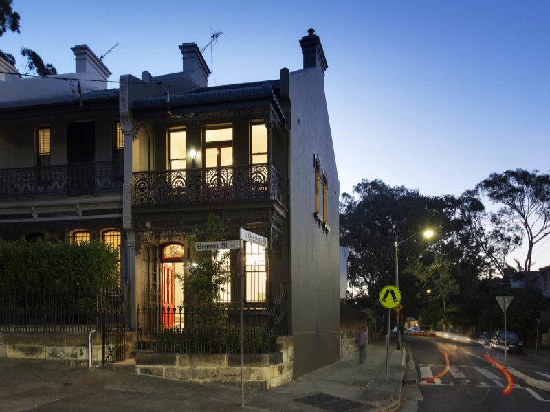 Небольшой двухэтажный викторианский дом с обилием кованых и литых элементов в декоре фасадов
