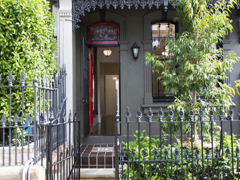 Перед домом находится небольшой палисадник огороженный забором. Окна и двери украшают красивые кованые решетки. Входная дверь также украшена витражом, что характерно для викторианских домов