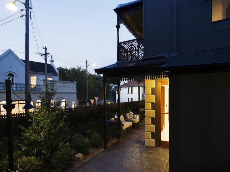 Терраса проходит вдоль задней гостиной и кухни почти вдоль всего дома от столовой.