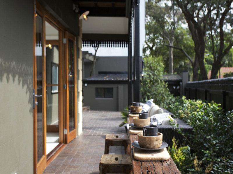 Терраса вдоль кухни и гостиной на первом этаже
