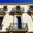 Традиционный фасад здания с небольшими балкончиками.