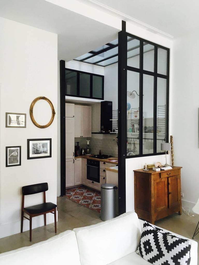 Кухня отделена от жилой комнаты стеклянной перегородкой. Кроме тог помещение освещает окно в потолке кухни.