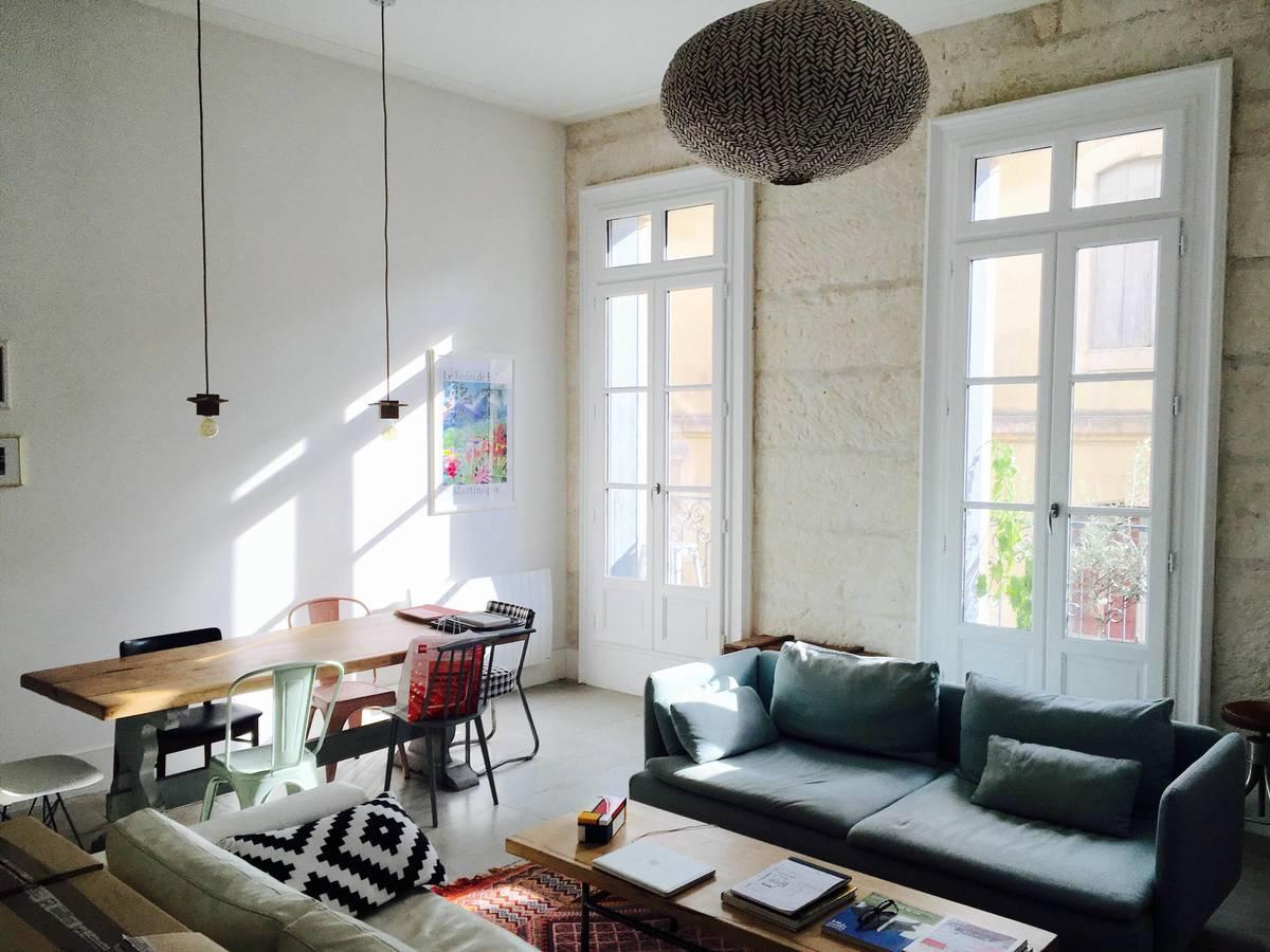 Особенно выгодно высокие потолки смотрятся в жилой комнате в сочетании с высокими балконными дверьми подчеркивающими высоту