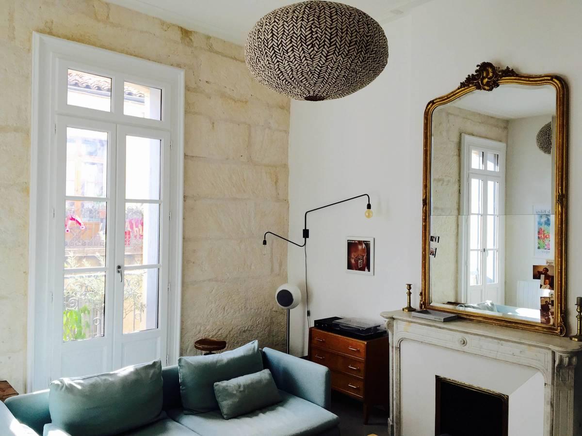 Особого шарма жилой комнате придает камин и оголенная каменная кладка наружной стены
