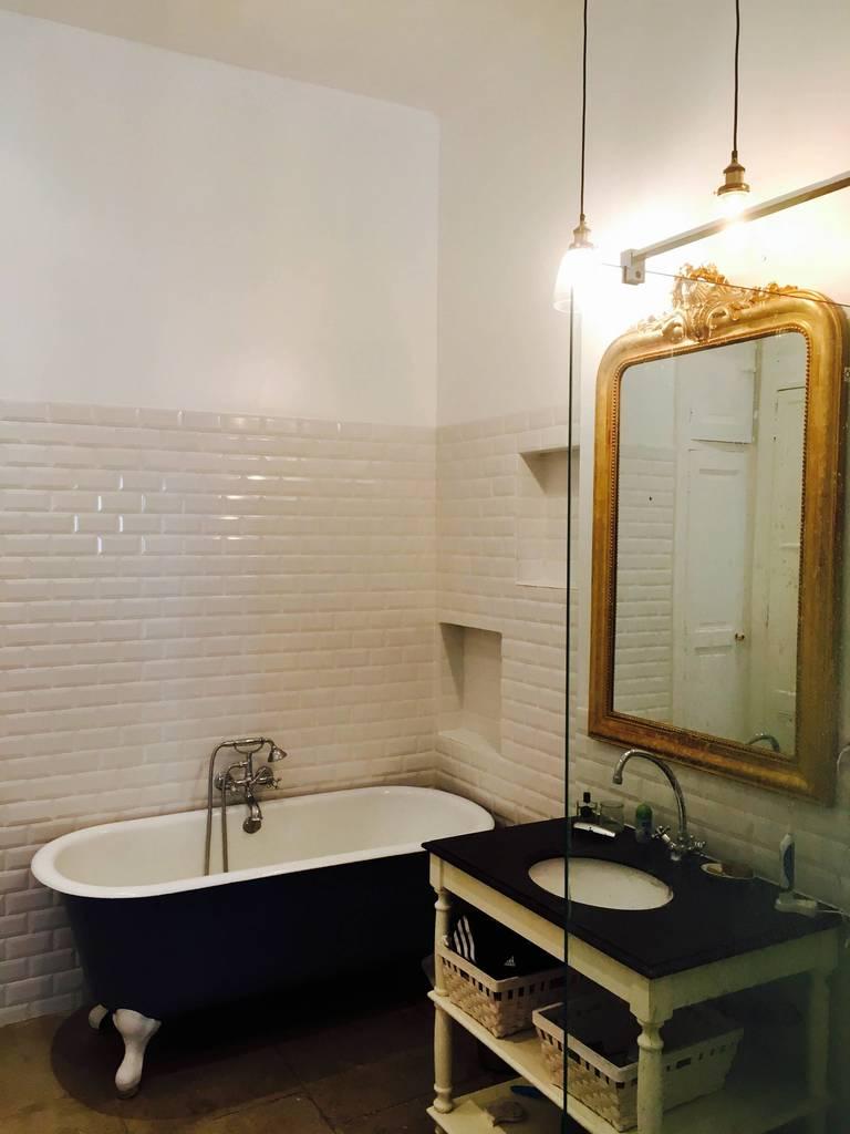 Ванная комната с традиционной отдельно стоящей ванной.