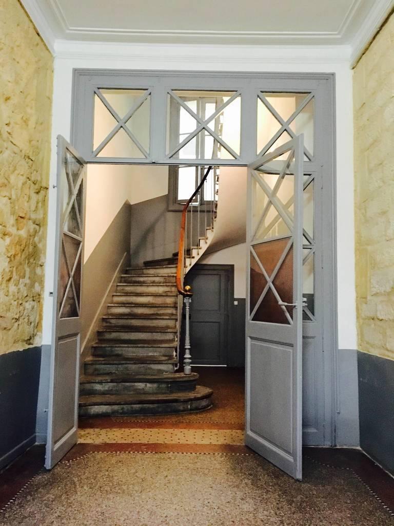 Вход в подъезд и лестничная клетка.