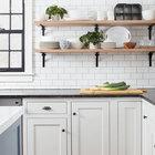Для кухне были выбраны открытые полки, так как они и выглядят достаточно традиционно, и, одновременно, очень удобны. (деревенский,сельский,кантри,традиционный,индустриальный,лофт,винтаж,стиль лофт,индустриальный стиль,мебель,архитектура,дизайн,экстерьер,интерьер,дизайн интерьера,кухня,дизайн кухни,интерьер кухни,кухонная мебель,мебель для кухни)