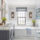 Главная ванна достаточно традиционная с использованием мрамора, традиционно выглядящими светильниками и кранами, рамкой зеркал из повторно использованной древесины.