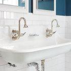 Сам умывальник во второй ванной заслуживает отдельного внимания. Это сдвоенный стальной умывальник с традиционно выглядящими, однако вполне современными кранами. Большой умывальник заставляет маленькую ванну казаться больше.