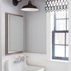 В туалете на первом этаже из повторно использованной древесины выполнен потолок. Выглядит замечательно.