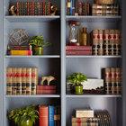 Встроенный шкаф в домашнем офисе наполнен большим количеством деталей делающих кабинет приятным и обжитым.