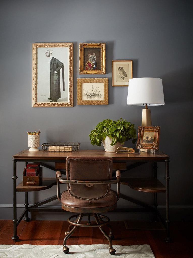 Дизайн кабинета традиционен, однако рабочий стол и кресло подобраны в стиле лофт.
