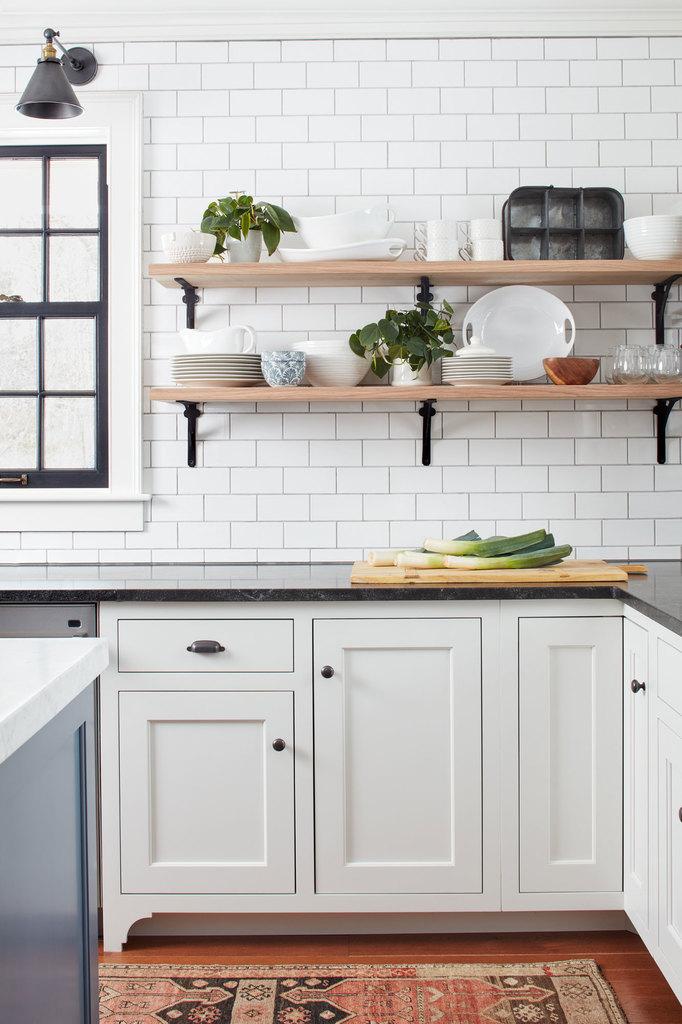 Для кухне были выбраны открытые полки, так как они и выглядят достаточно традиционно, и, одновременно, очень удобны.