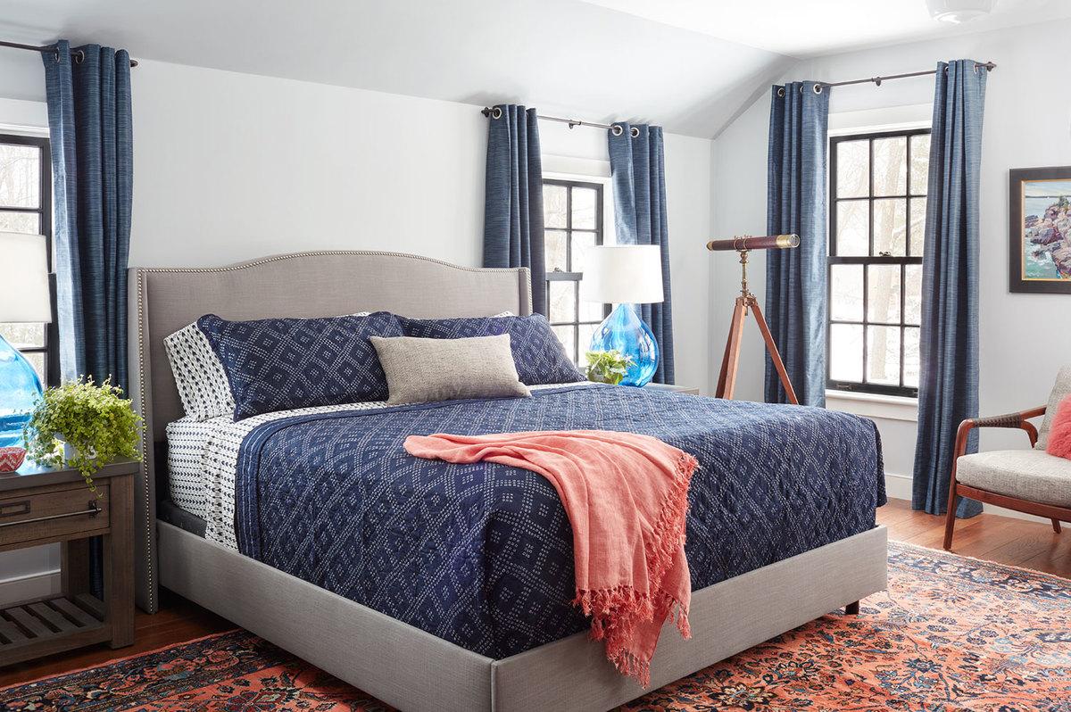 Главная спальня достаточно просторна с традиционно высокой кроватью.