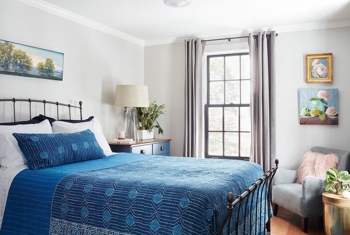 Гостевая спальня меньше главной, однако, на мой взгляд, в ней больше шарма.