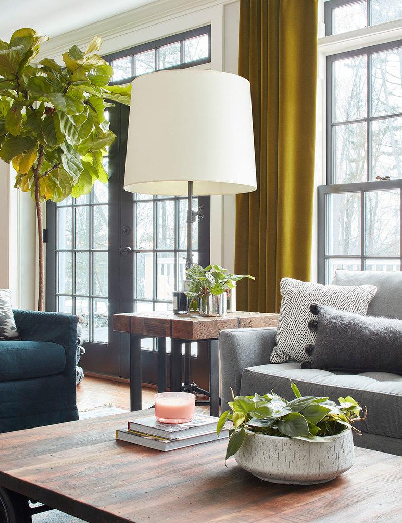 Из жилой комнаты через широкие остекленные традиционными квадратными стеклами двери можно попасть на заднюю террасу.