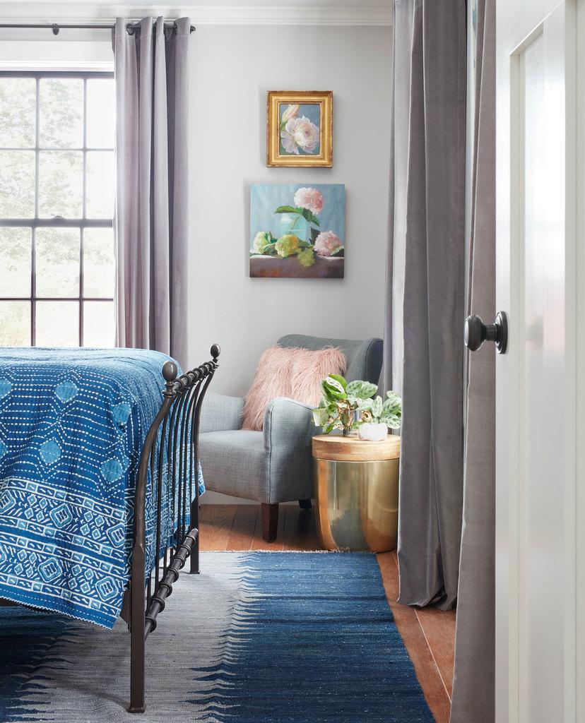 На мой взгляд, железная кровать гостевой спальни над гаражом гораздо интереснее более современно выглядящей кровати в главной спальне.