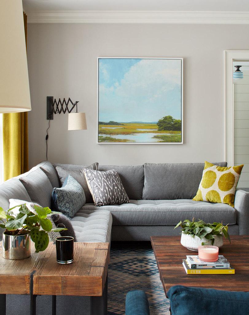 Основными цветами интерьера являются белый, серый, черный и синий, именно они объединяют все комнаты дома. Цвета в интерьер добавлены деталями декора, такими как занавески, подушки, картины.
