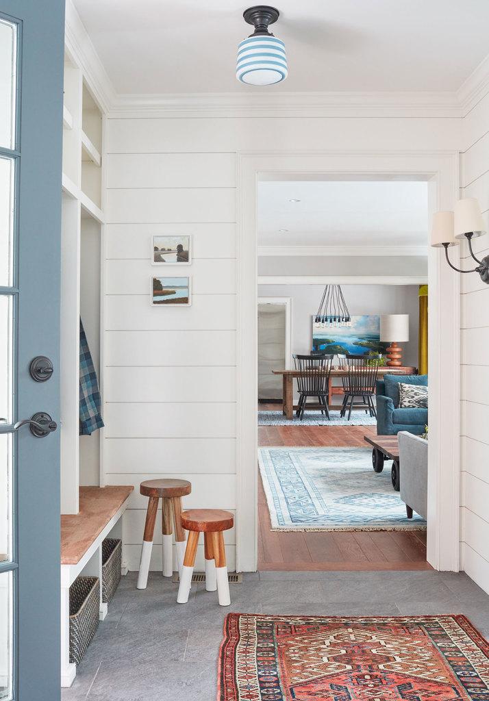 Особого шарма интерьеру дома придают коврики. Они делают интерьер теплее, начиная прямо с прихожей.