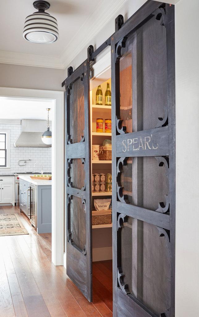 Сдвижные двери в кладовую - одна из самых интересных деталей в доме. Двери из мореного дерева добавляют многогранного традиционного шика в интерьер приковывая взгляд к деталям на которые обычно вообще не обращаешь внимания.