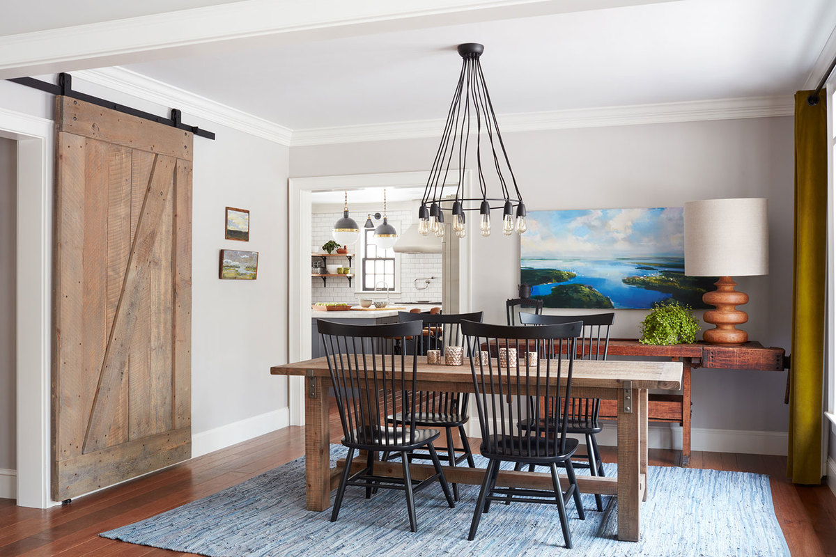 Столовая является частью жилой комнаты, что не характерно для традиционной планировки. Однако так дом становится более комфортным, а детали интерьера добавляют традиционности.
