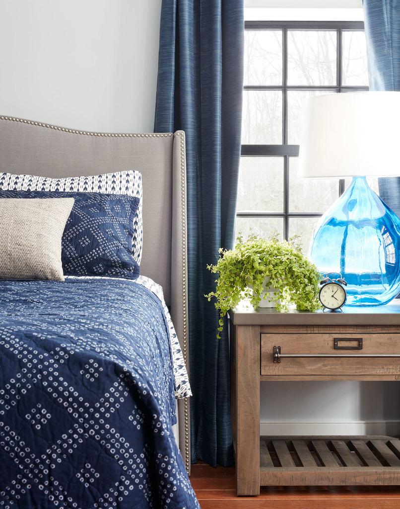 В интерьере спальни, как и во всем доме, можно наблюдать гармоничное внедрение элементов стиля лофт.