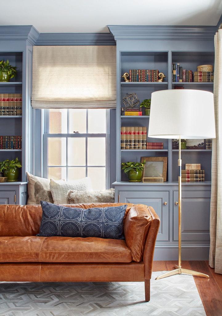 Встроенные шкафы являются важным атрибутом традиционного интерьера. Подушки на окне добавляют небольшому кабинету уюта, как и приятного натурального цвета шторы.